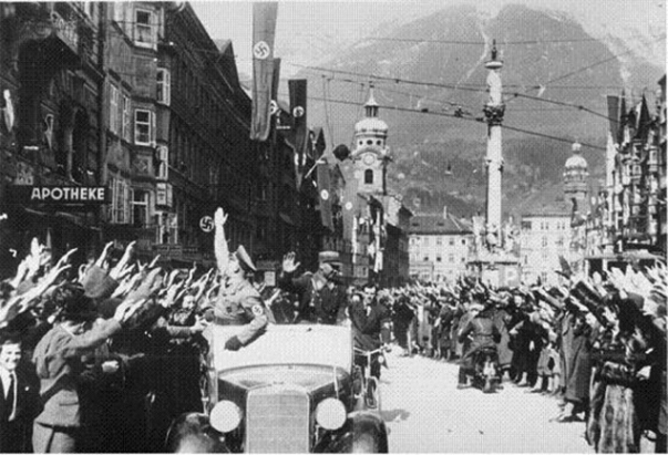 Auch Innsbruck atmete nach fьnfjдhriger Unterdrьckung befreit auf. Im Laufe des Sonnabenvormittags wurde in Innsbruck bekannt, dass die deutschen Soldaten einmarschieren wьrden. Im Nu waren die Strassen mit begeisterten Menschenmassen angefьllt, um den Tag der Freiheit und Freude zu feiern. UBz die freudig erregte Menschenmenge in der Maria-Theresiastrasse in Innsbruck. 13.3.1938 [Herausgabedatum] Scherl Bilderdienst, Berlin
